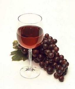 Une grappe de raisin et un verre de vin rouge
