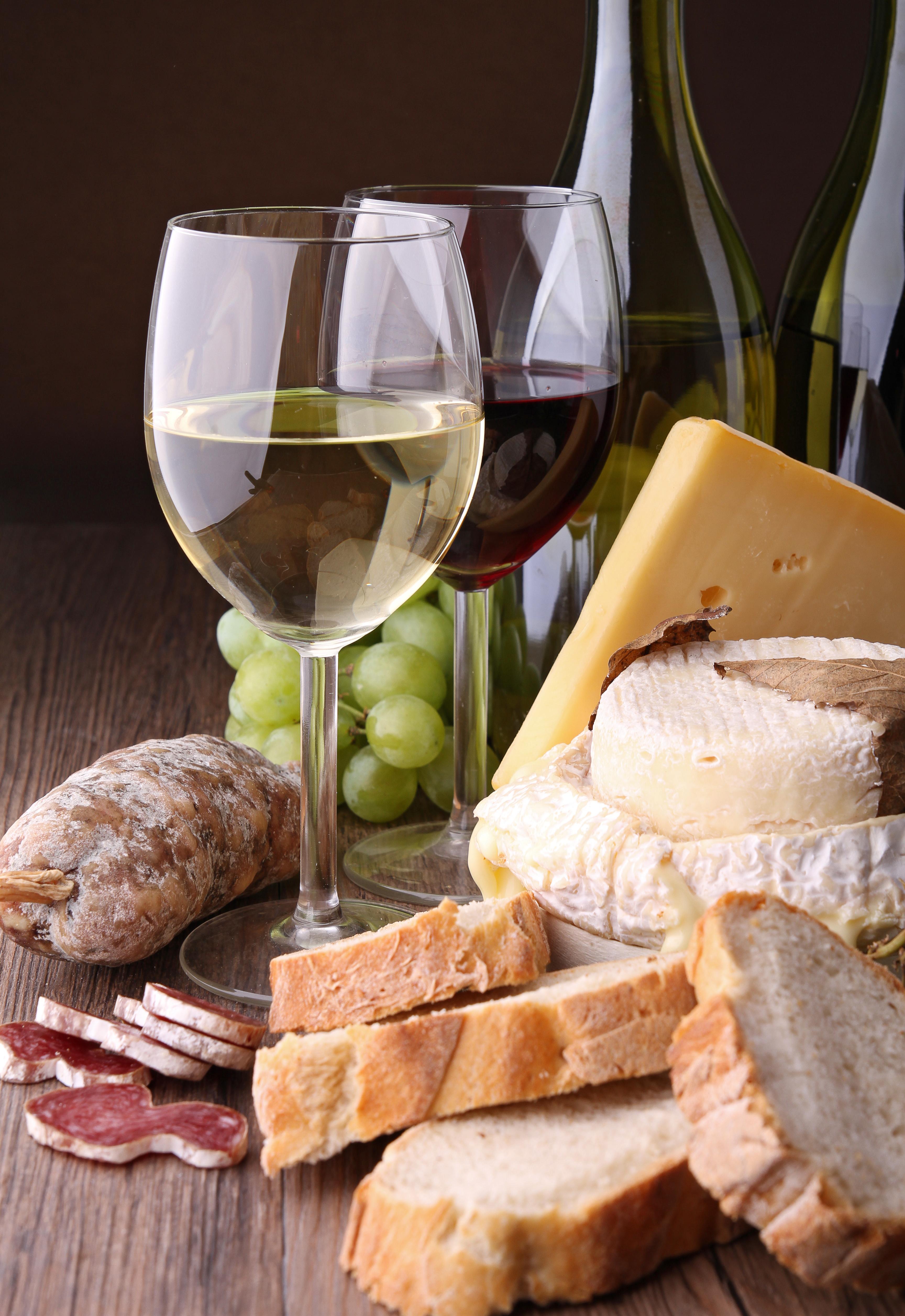 Le charme champêtre de l'association du vin blanc avec le fromage