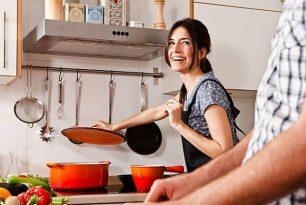 cuisiner-sans-alcool-cuisine-femme-marmite-orange-sourire