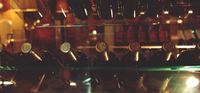 Etagère cave à vin avec bouteilles de vin rouge