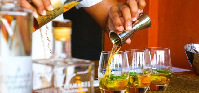 Barman qui sert un cocktail