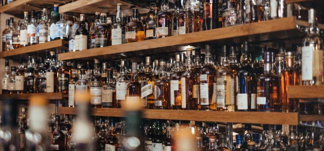 Bouteilles de whisky dans les étagères d'un bar